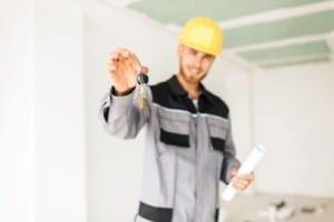 Operario entregando llaves