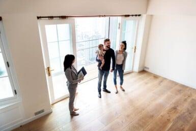 Pareja con vendedora inmobiliaria