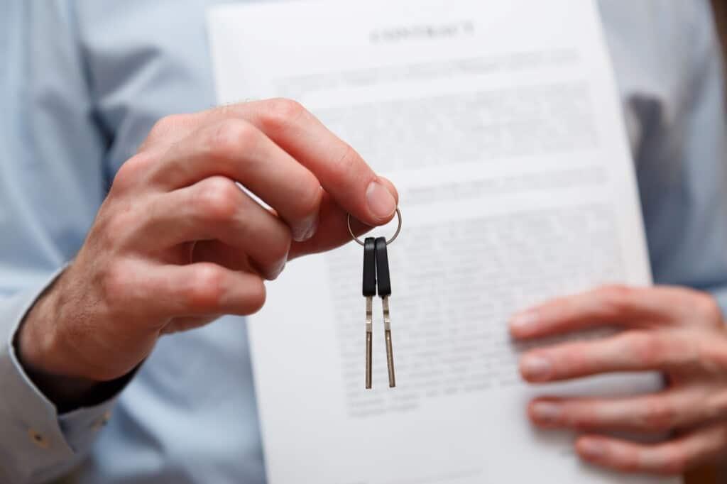 Consultor con contrato entregando llaves